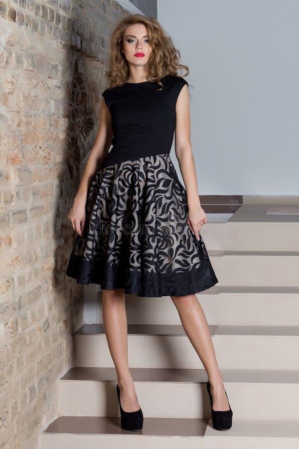 Piękna seksowna elegancka kobieta z jaskrawym makeup w wieczór sukni dla wydarzenia nowy rok, moda krótkopęd dla odzieży ca obrazy royalty free