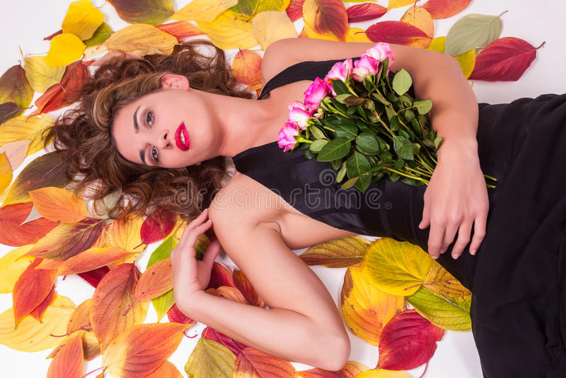 Piękna seksowna kobieta na jesień liściach fotografia stock