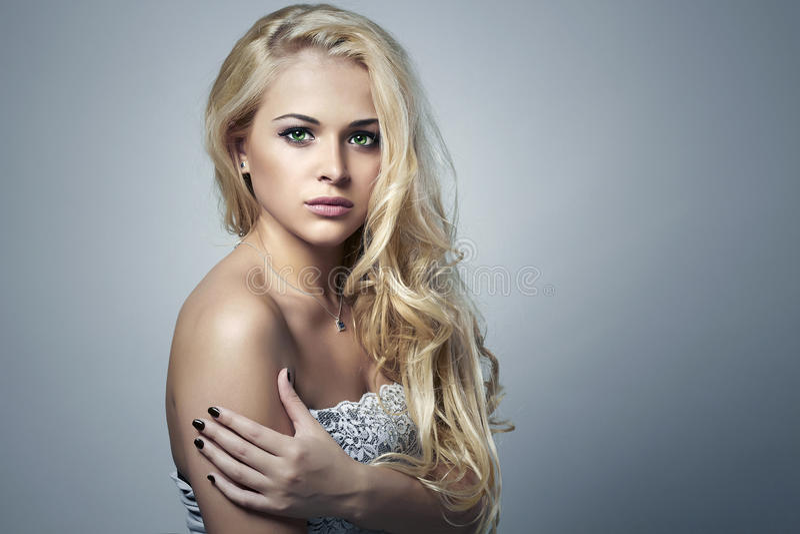 piękna seksowna kobieta Piękno Blond dziewczyna z Kędzierzawym włosy manicure zdjęcia stock
