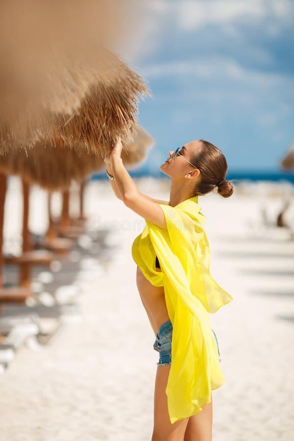 Download Piękna Seksowna Kobieta Relaksuje Na Tropikalnej Plaży Obraz Stock - Obraz złożonej z ludzie, błękitny: 53782035