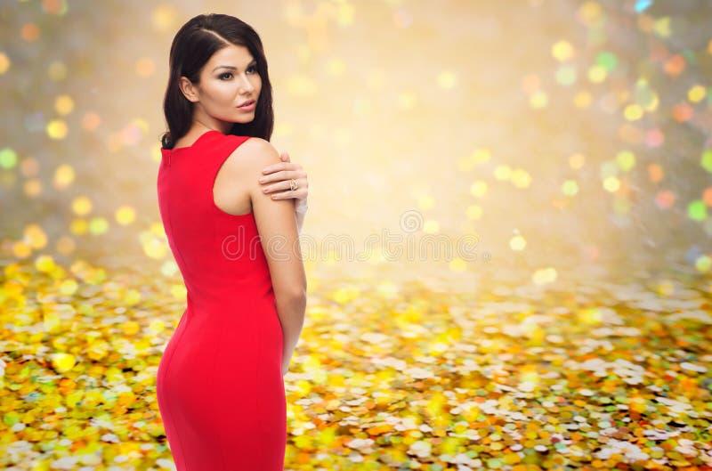 Piękna seksowna kobieta w czerwieni sukni nad błyskotliwością zdjęcia stock