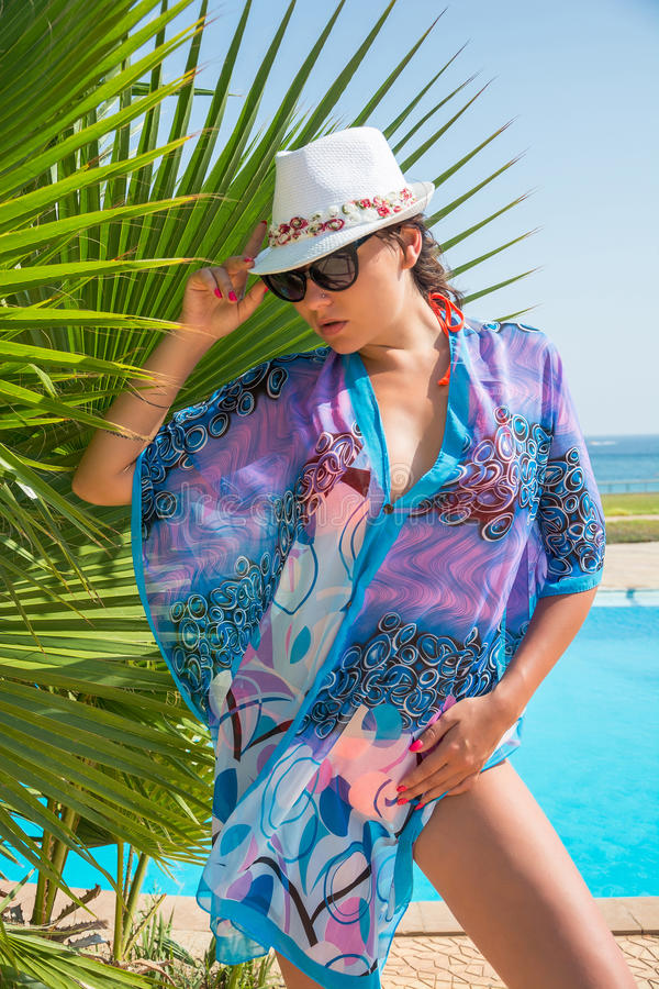 Piękna seksowna kobieta w okulary przeciwsłoneczni, w kapeluszu blisko drzewka palmowego obraz stock