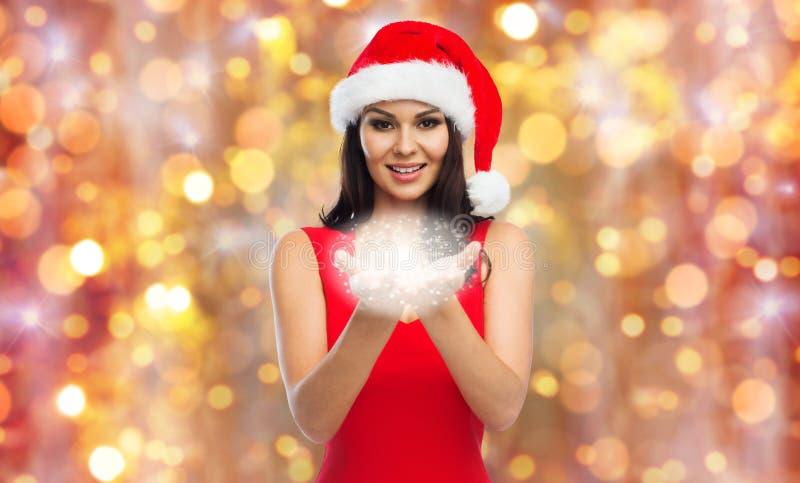 Piękna seksowna kobieta w Santa kapeluszu z czarodziejskim pyłem fotografia stock