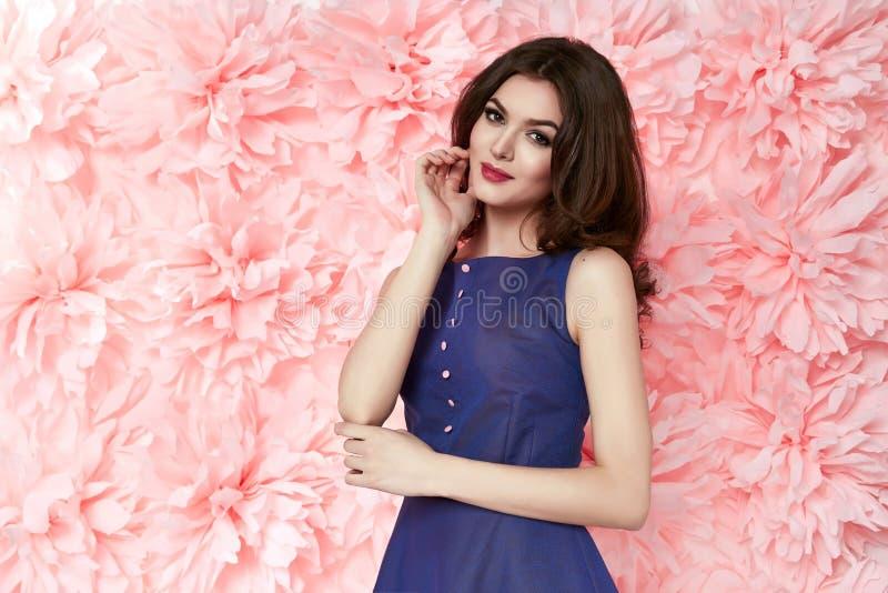 Piękna seksowna kobieta wewnątrz ubiera wiele kwiatów makeup lata wiosnę obrazy stock
