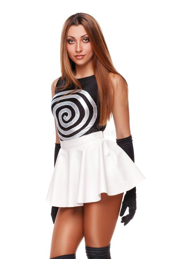 Piękna seksowna młoda kobieta w białej spódnicie, czarne rękawiczki, czarna koszulka fashion girl pojedynczy białe tło zdjęcia stock