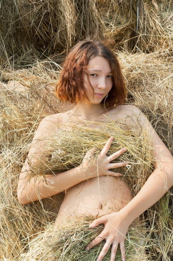 Piękna seksowna młoda naga kobieta w sianie zdjęcia royalty free