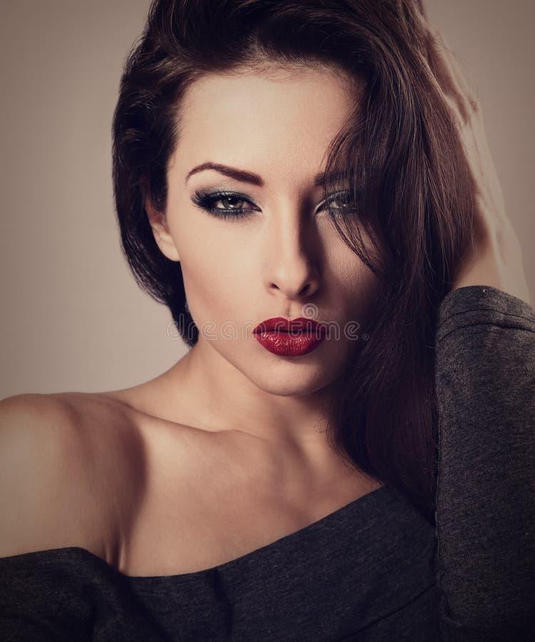 Piękna seksowna makeup kobieta z czerwoną pomadką i długo biczuje lo fotografia stock