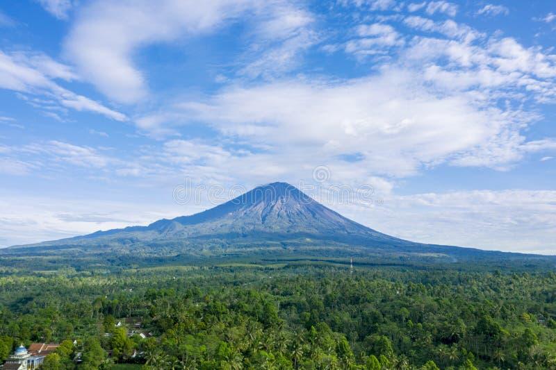 Piękna Semeru góra przy rankiem zdjęcie stock