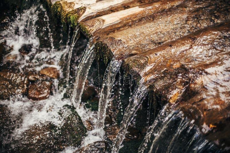 Piękna siklawa na drewnianej tamie w pogodnych drewnach wod krople, r zdjęcie royalty free