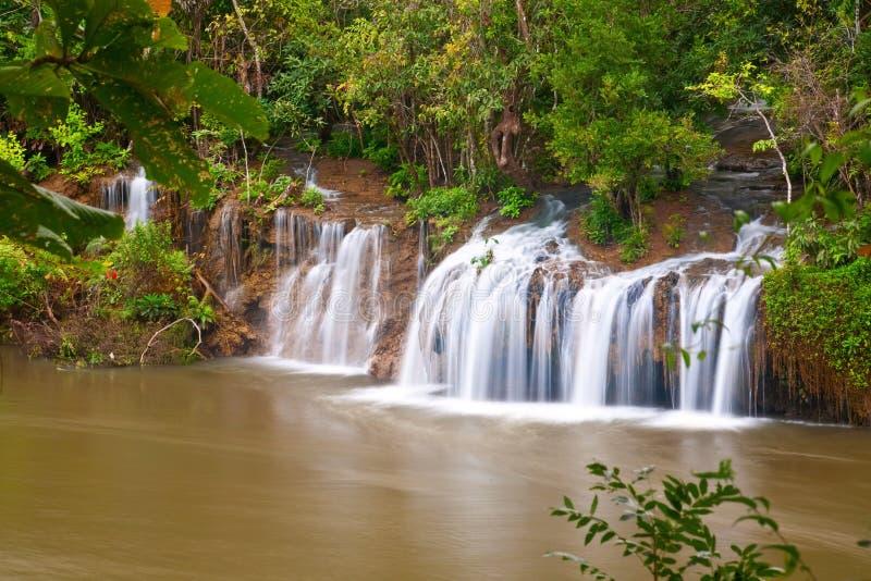 Piękna siklawa na Kwai rzece w Tajlandia obrazy stock