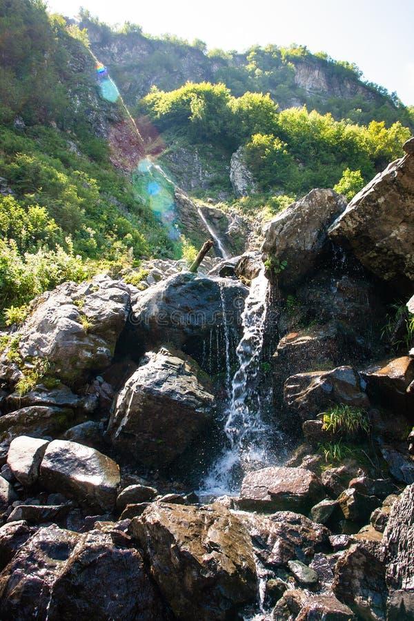 Piękna siklawa w Kaukaz skalistej górze zdjęcia royalty free