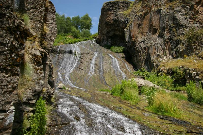 Piękna siklawa w malowniczym miejscu Jermuk kurort w Armenia obrazy royalty free