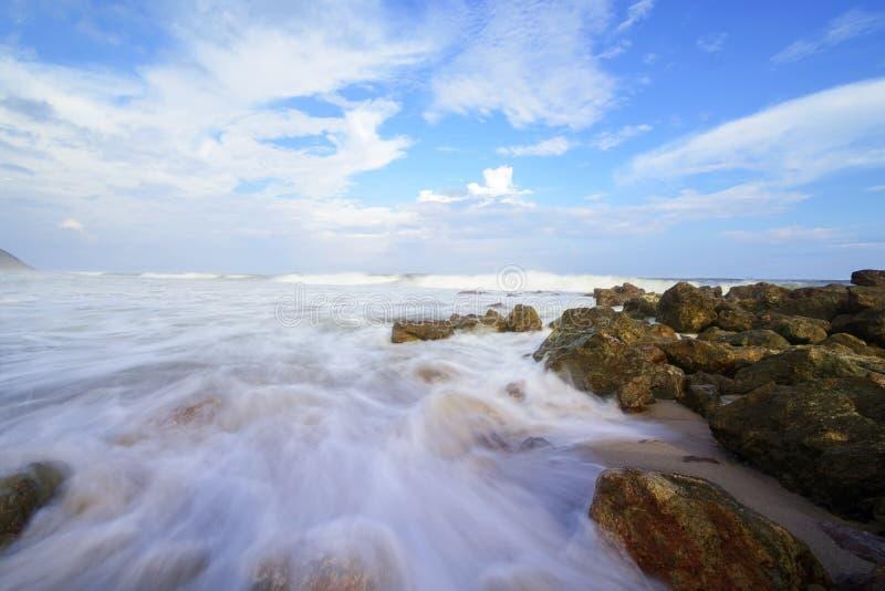 Piękna silky gładka woda przy Yarada plażą, Visakhapatnam obrazy royalty free