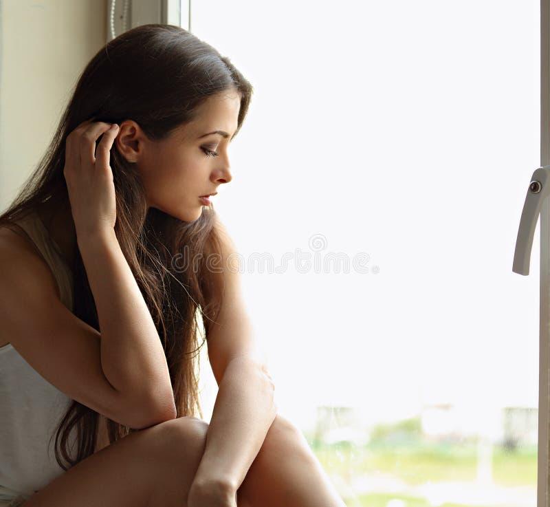 Piękna smutna osamotniona kobieta myśleć wokoło w profilowym widoku i lo zdjęcie stock