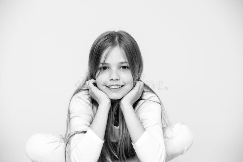 Piękna spojrzenie i włosiana opieka, punchy pastel Mała dziewczynka uśmiechu menchii tło Szczęśliwy dziecko z śliczną twarzą Pięk fotografia royalty free