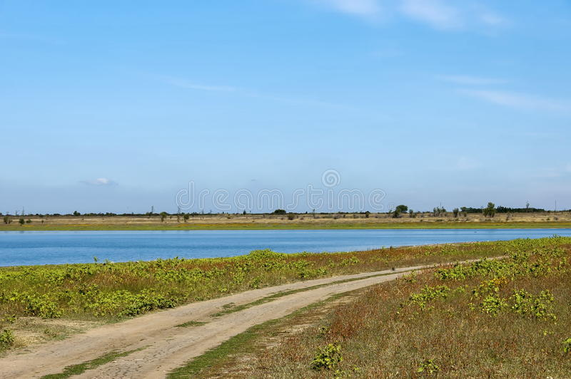 Piękna spojrzenie w kierunku malowniczego krakingowego suchego sposobu blisko Rabisha jeziorem obraz royalty free