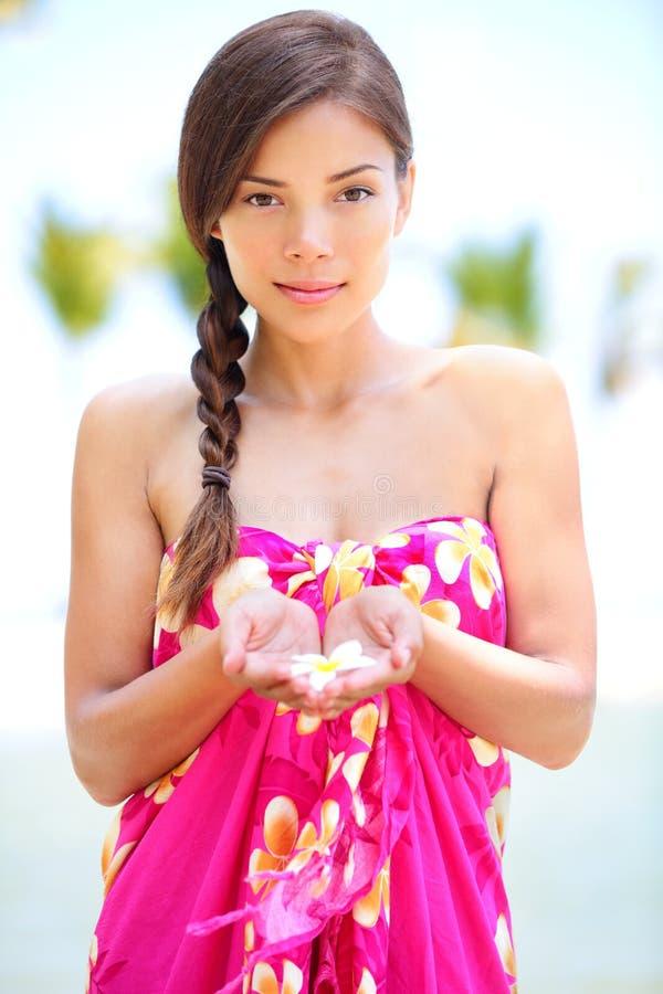 Piękna spokojna kobieta na plaży w sarongach fotografia stock