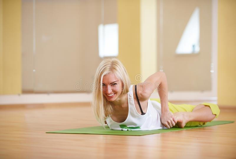Piękna sporty dysponowana jog kobieta ćwiczy joga asana Bhekasana - żaby poza w sprawność fizyczna pokoju fotografia stock