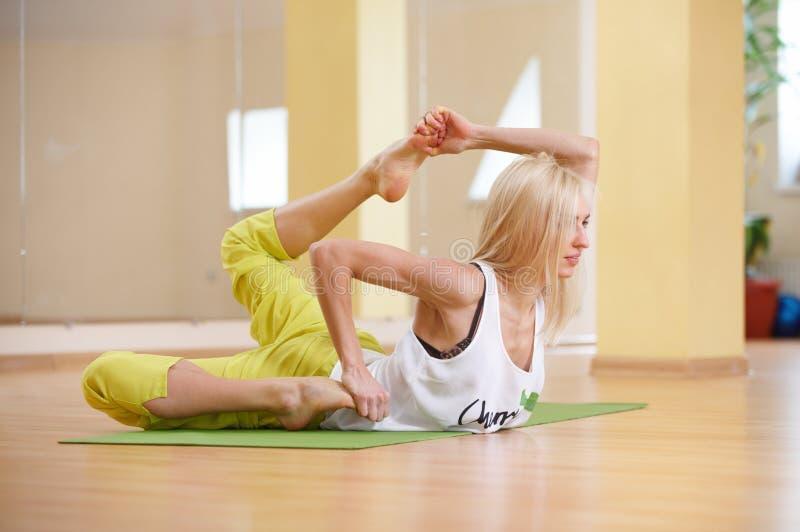 Piękna sporty dysponowana jog kobieta ćwiczy joga asana Gherandasana w sprawność fizyczna pokoju obrazy royalty free