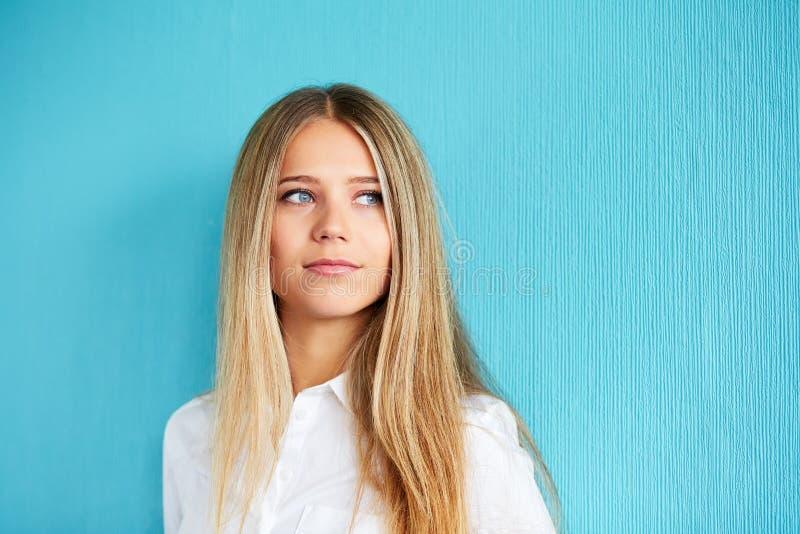 piękna sprawa wyizolował naszych portret kobiety do badania kielicha young fotografia royalty free
