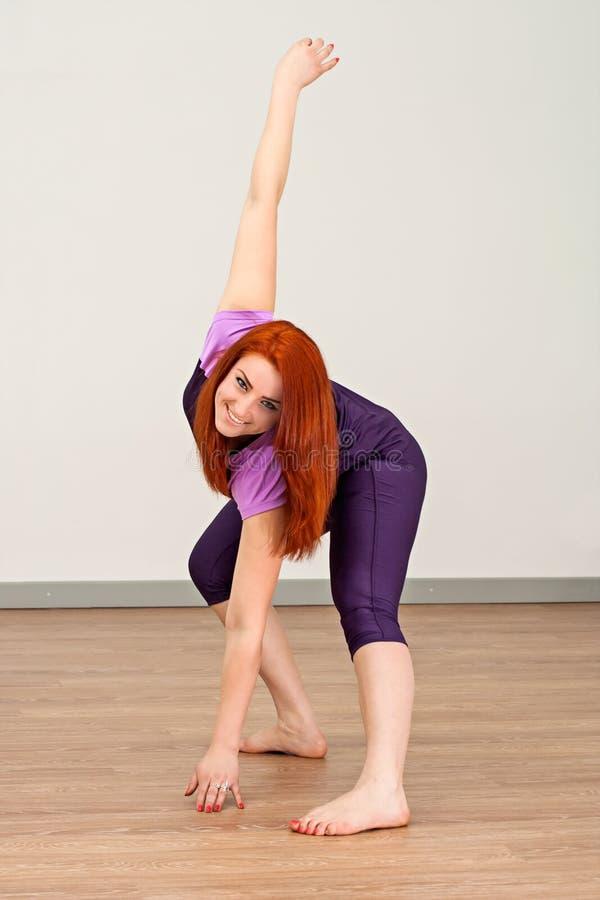 Sprawności fizycznej dziewczyna robi ćwiczeniu obrazy stock