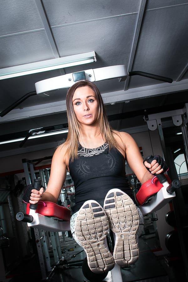 Piękna sprawności fizycznej kobieta robi abs ćwiczy w gym obraz royalty free