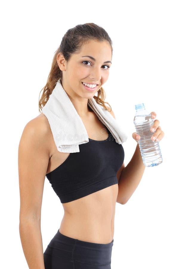 Piękna sprawności fizycznej kobieta z ręcznikiem i butelką woda obraz royalty free