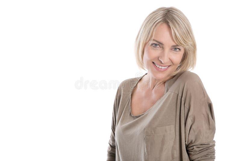 Piękna stara blond atrakcyjna odosobniona kobieta ono uśmiecha się z whi zdjęcie royalty free