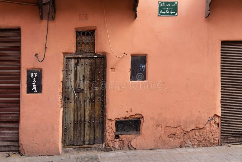 Piękna stara ulica Marrakech z czerwonymi budynkami i starymi drzwiami, Maroko obrazy stock