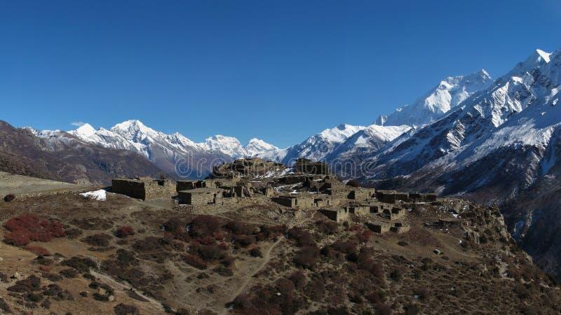 Piękna stara wioska otaczająca wysokimi górami, Nepal zdjęcia stock