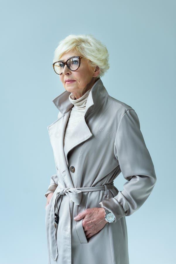 piękna starsza dama w jesieni eyeglasses i stroju, obraz royalty free
