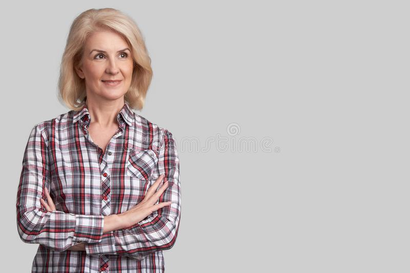 Piękna starsza kobieta patrzeje daleko od obraz stock