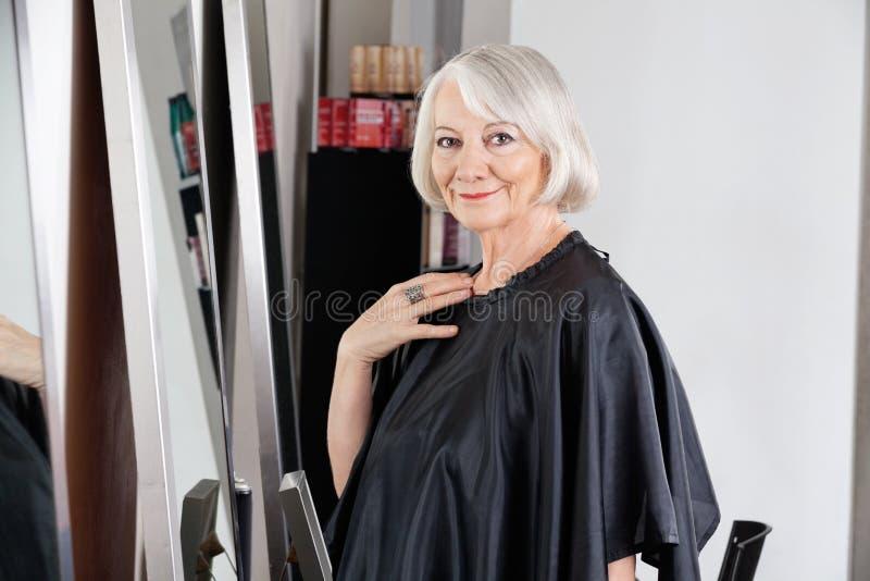 Piękna Starsza kobieta Przy Włosianym salonem obraz stock