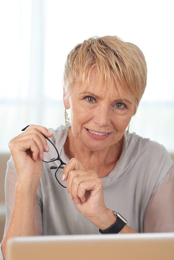 Pi?kna starsza kobieta z laptopem obrazy stock