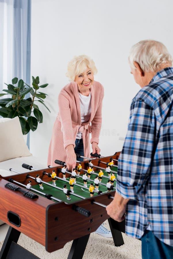 piękna starsza para bawić się stołowego futbol zdjęcie royalty free