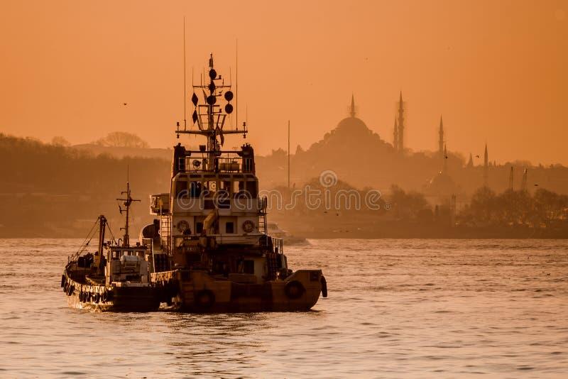 Piękna sylwetka statek i meczety przy zmierzchem na Bosph fotografia stock