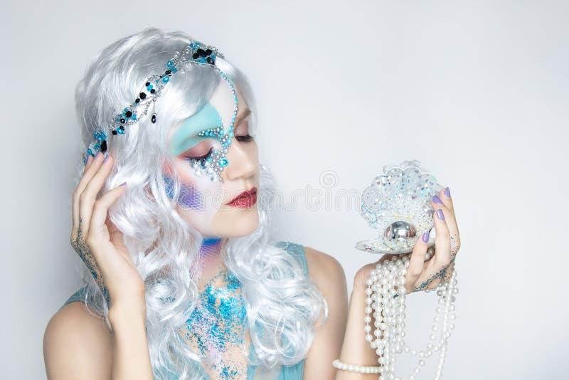 Piękna syrenki dziewczyna w białej peruce fotografia stock