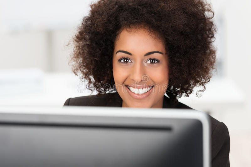 Piękna szczęśliwa amerykanin afrykańskiego pochodzenia kobieta zdjęcia royalty free