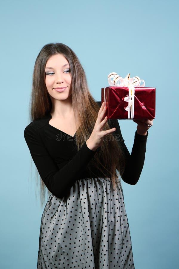 Download Piękna Szczęśliwa Dziewczyna Z Prezentem. Zdjęcie Stock - Obraz złożonej z christmas, ludzie: 28971328
