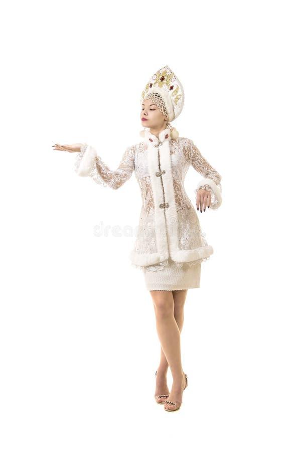 Piękna, szczęśliwa, emocjonalna młoda kobieta, ubierał jak Święty Mikołaj ono uśmiecha się nowy roku karnawał zdjęcie stock