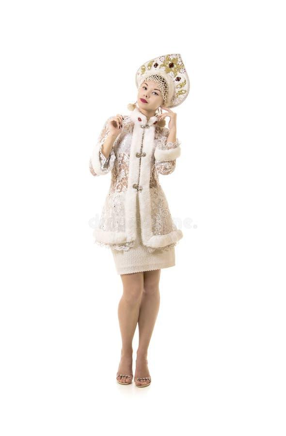 Piękna, szczęśliwa, emocjonalna młoda kobieta, ubierał jak Święty Mikołaj ono uśmiecha się nowy roku karnawał obrazy stock