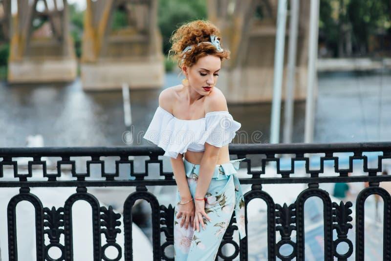 Piękna szczęśliwa kobieta chodzi blisko rzeki fotografia royalty free
