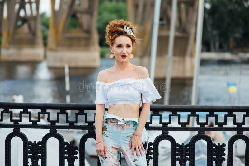 Piękna szczęśliwa kobieta chodzi blisko rzeki obraz royalty free