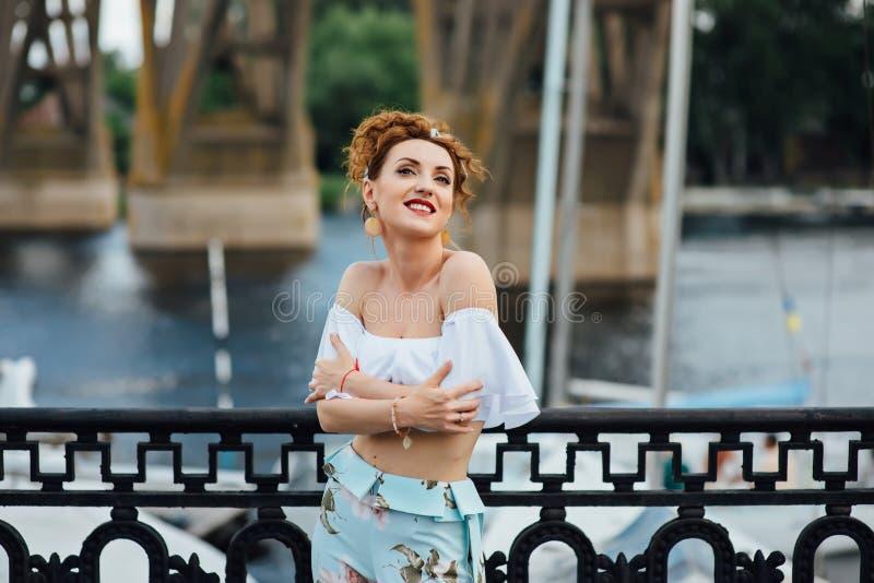 Piękna szczęśliwa kobieta chodzi blisko rzeki zdjęcie stock