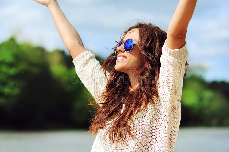 Piękna szczęśliwa kobieta cieszy się wolność outdoors fotografia stock