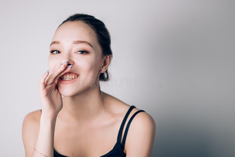 Piękna szczęśliwa kobieta mówi sekret z uśmiechem obraz royalty free