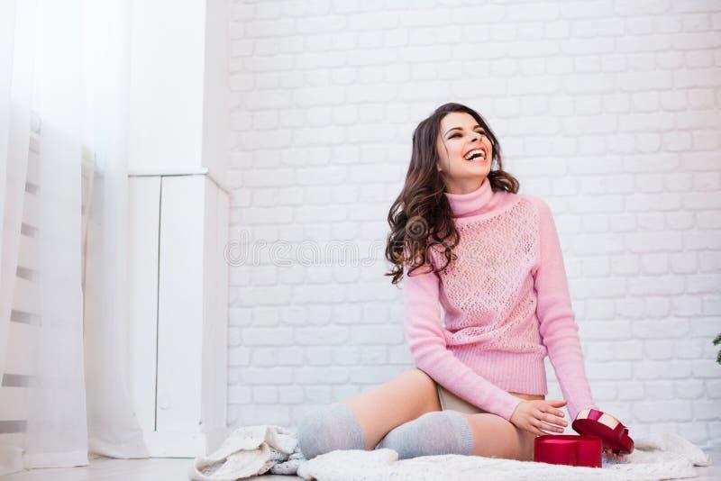 Piękna szczęśliwa kobieta z prezentem dla walentynka dnia fotografia stock