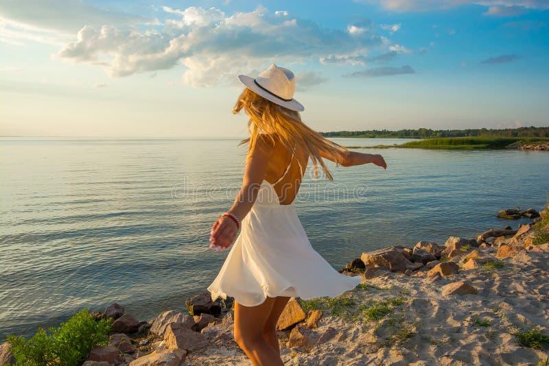 Piękna szczęśliwa młoda kobieta plecy w białej lato atłasu sukni a obrazy royalty free