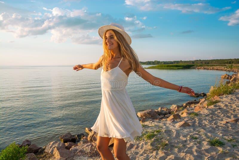 Piękna szczęśliwa młoda kobieta w białej lato atłasu sukni i odzieży obraz stock