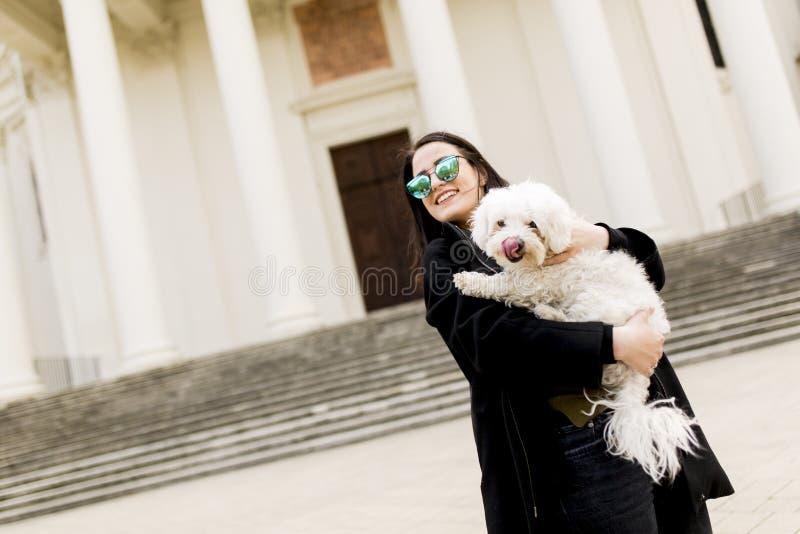 Piękna szczęśliwa młoda kobieta z ślicznym małym psem obrazy stock